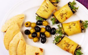 Vielfältige Hummus-Rezepte Hummus in Melanzaniröllchen