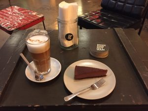 The Art Of Raw Kaffee und Kuchen